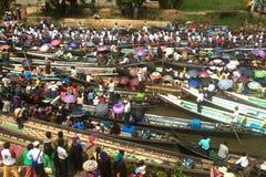 在Phaung Daw Oo塔节日的交通堵塞,缅甸 免版税库存照片