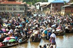 在Phaung Daw Oo塔节日的交通堵塞,缅甸 库存图片