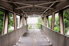 在Phaya泰国路,曼谷,泰国的老难看的东西人行桥 免版税库存照片