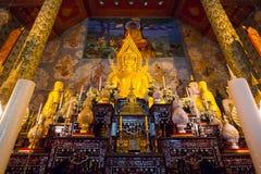 在Phea省的金黄菩萨雕象图象 库存照片
