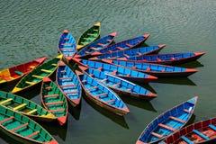 在Phewa湖的小船在博克拉 图库摄影