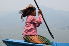 在Phewa湖的小船在博克拉 库存照片