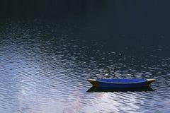 在Phewa湖的木五颜六色的小船 图库摄影