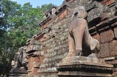 在Phimeanakas寺庙,柬埔寨的石狮子 图库摄影