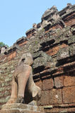 在Phimeanakas寺庙,柬埔寨的石狮子 免版税图库摄影