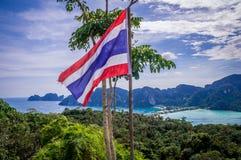 在PhiPhi海岛观点的挥动的泰国旗子 免版税库存图片