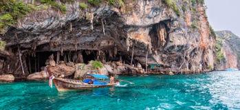 在PhiPhi Leh海岛,泰国上的北欧海盗洞 库存照片