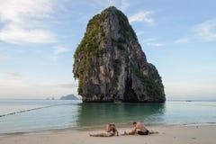 在Phra Nang海滩的瑜伽在安达曼海,甲米府,泰国 库存照片