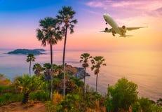 在Phromthep海角观点上的平面飞行在暮色天空 免版税库存照片