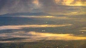 在Phu与雾的Kra Dueng的日出 库存照片