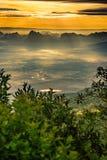 在Phu与雾的Kra Dueng的日出 免版税库存图片