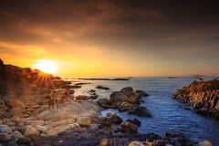 在Phu Yen盘礁石的日出,越南 免版税库存照片