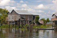 在phumi高跷传统村庄附近的房子 免版税库存图片
