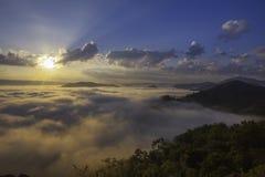 在Phuphadak的有雾的早晨, Sungkhom区, Nongkhai,泰国 免版税库存照片