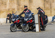 在Piazza del Popolo跑在罗马的Carabinieri巡逻 免版税库存照片