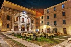 在Piazza del Teatro的满天星斗的天空在阿尔盖罗在晚上 免版税库存图片
