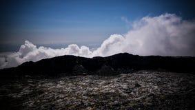 在Pico火山里面,亚速尔群岛,葡萄牙破火山口的全景  免版税库存照片