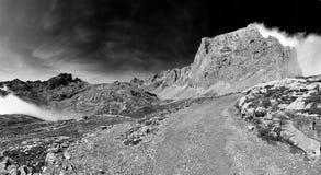 在Picos de Europs国家公园的有雾的天Fuente的De 库存照片