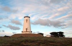 在Piedras Blancas点的灯塔在日落下在圣西梅昂加利福尼亚北部的中央加利福尼亚海岸覆盖 免版税库存图片