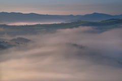 在Pieniny山小山的美丽的雾 图库摄影
