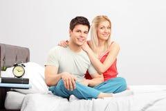 在pijamas的一对可爱的夫妇 库存照片