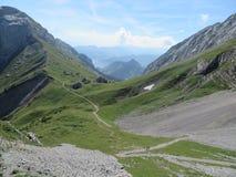 在Pilatus山坡的路在琉森附近的 瑞士 免版税库存照片