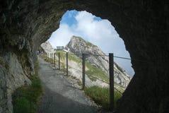 在Pilatus Kulm驻地附近的道路在皮拉图斯峰山顶  免版税库存图片