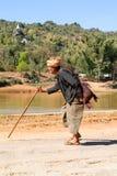 在Pindaya乡下在Myanma的供以人员走用一根棍子 库存图片