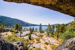 在Pinecrest湖足迹的洞 免版税库存照片