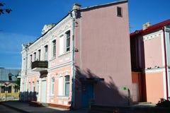 在Pinsk的老部分的大厦在晴朗的夏日 库存照片