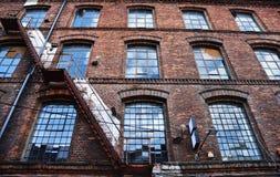 在Piotrkowska的老砖瓦房在罗兹 库存照片