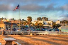 在Pismo海滩码头的太阳设置 库存图片