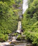 在Pistyll Rhaeadr瀑布,威尔士的一对夫妇 免版税库存照片
