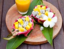 在pitahaya,龙的热带水果沙拉滚保龄球用芒果汁 图库摄影
