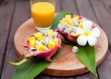 在pitahaya,龙的热带水果沙拉滚保龄球用芒果汁 库存图片