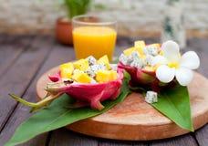 在pitahaya,龙的热带水果沙拉滚保龄球用芒果汁 免版税库存照片