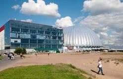 在Piterland水公园附近的人们在圣彼德堡 俄国 库存图片