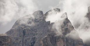在Piz Duleda Puez中的低云编组在白云岩a的峰顶 免版税库存图片