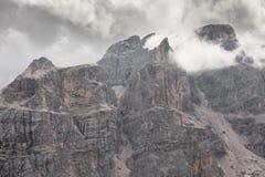 在Piz Duleda Puez中的低云编组在白云岩a的峰顶 库存图片