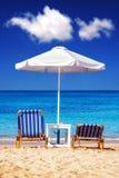 在Plaka海滩的Sunbeds在纳克索斯岛上 免版税图库摄影