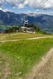 在Planai自行车和滑雪前面的游人地区在施拉德明,奥地利 免版税图库摄影