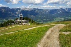 在Planai自行车和滑雪前面的游人地区在施拉德明,奥地利 库存图片