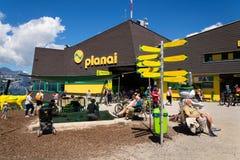 在Planai自行车和滑雪前面的游人地区2017年8月15日在施拉德明,奥地利 免版税图库摄影
