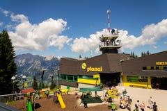 在Planai自行车和滑雪前面的游人地区2017年8月15日在施拉德明,奥地利 库存图片