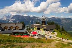 在Planai自行车和滑雪前面的游人地区2017年8月15日在施拉德明,奥地利 库存照片