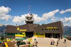 在Planai自行车和滑雪前面的游人地区2017年8月15日在施拉德明,奥地利 免版税库存照片