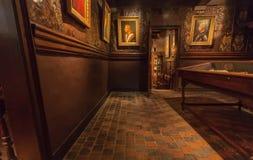 在Plantin-Moretus历史打印博物馆,联合国科教文组织世界遗产名录站点里面的老地板和壁画 库存图片