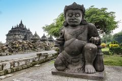 在Plaosan寺庙,克拉登,中爪哇省,印度尼西亚的Dvarapala或Dwarapala雕象 免版税库存照片