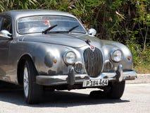 在Playa台尔Este古巴的被恢复的银色捷豹汽车 免版税库存图片