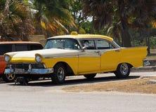 在Playa台尔Este古巴的被恢复的黄色出租汽车 库存图片